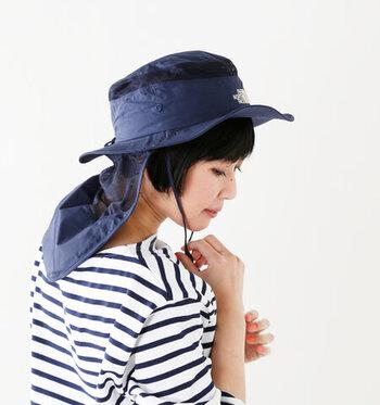 元気に動き回る子どもと長時間遊ぶとき、気になるのが顔回りの紫外線対策。あご紐&サンシールドつきの帽子なら、外れにくく首もしっかりガード。サンシールドとあご紐は取り外せるので、タウンユースにも使えます。