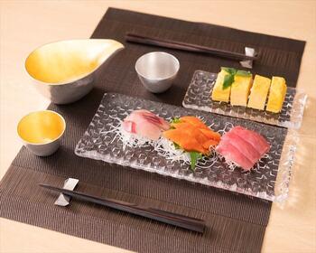 長方形のプレートは、大きさによってオードブルにもメインディッシュにも使えます。お刺身やだし巻き卵などの和の料理も映えますね。