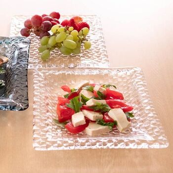 パスタやサラダを盛るのに使える深皿も。耐熱ガラスではありませんがある程度の温度には耐えられるので、例えばカレーライスを盛ると新鮮な印象になりますよ。