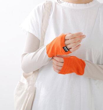 レギンスで脚の紫外線対策をしたら、腕もアームカバーでUVカット。こちらのアームカバーは、90%以上もUVカットしてくれる優れもの。さらに、くるくる丸めて手のひらサイズにできるので、かさばらず持ち運びも楽ちん。