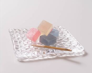 Sghrは1932年に創業した、ハンドメイドガラスのブランド。1点1点、職人さんの手仕事で作られています。  「grid plate」のシリーズは、格子模様が光を反射しキラキラとした輝きを放ちます。和食や和菓子との相性もいいので、15cmの角皿はお客様にお茶菓子を出すのに◎