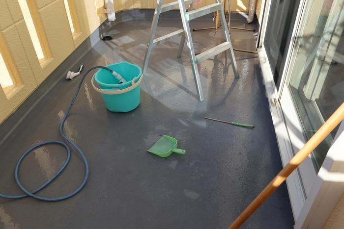 ほうきやデッキブラシで汚れが取れたら、水で流していきます。ただし、マンションによってはベランダに水を流してはいけないところも。水を流していい場合でも、隣に流れないように注意を払って行いましょう。また、ゴミをそのまま流すと排水溝が詰まるので、先に取っておくのも忘れずに。