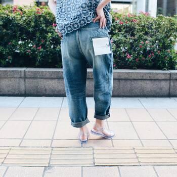 足の細見えはやっぱり足首がポイント。デニムパンツのよさは、裾をロールアップすることで足首が強調され、足がすらっとして見えること!合わせる靴も足首が出るものがいいですね。サンダルは見た目も涼しくなって夏にぴったりですよ。