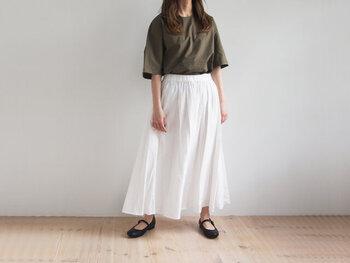 袖が大きめのワイドスリーブは、程よいこなれ感があり、流行のど真ん中ながら30代のファッションにもぴったりの1着。肩からストンと落ちたシルエットでリラックスしたゆったり袖が腕を細く見せてくれます。シンプルな形なので、シャツの色味が重要!同じ茶色でも、鏡で見てみると印象が違う場合も。30代後半になるにつれ明るめのものを選びましょう。ぜひ、自分にしっくりくる色味を見つけてみてくださいね。