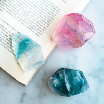 フェリシモの宝石石鹸キットは、透明と色付けされたグリセリンソープ、プラスチック容器、紙コップ、マドラー、作り方説明書など、必要な材料と道具が全て揃っています。月1で届くので、継続しながらいろんなデザインに挑戦したい方にぴったりです。