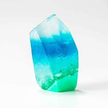 透明感とカラーの濃淡を堪能できるグラデーションが美しい宝石石鹸。数種類のグリセリンソープを断層のように重ねていくと、幻想的な雰囲気を放ちます。寒色・暖色など、テーマを決めて組み合わせると◎