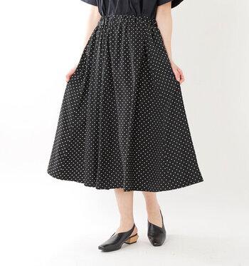 黒地に白のドットがフレンチシックな印象のスカート。ポリエステル100%のサラサラとした素材で、シワになりにくいのもうれしいポイント。