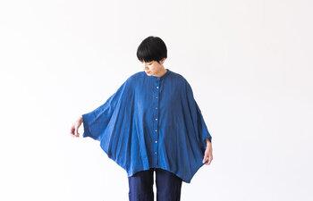 服の脇の部分が無く、袖と裾が繋がったデザイン。まるでモモンガのような型の袖です。二の腕を隠すには持ってこいな上、上品で女性らしいゆったりした印象を与えてくれるトップスです。体型を綺麗にイメージさせてくれるので着やせにもなりますよ。明るいブルーの色味は、清潔感を纏えるアイテム。爽やかさを出したい時におすすめ。