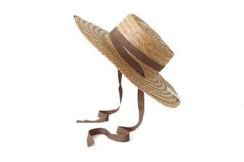 丸っこくなったシルエットにメリハリをつけてくれる味方のアイテムがカンカン帽です。目立つので目線も引きつけてくれますよ。おしゃれな印象を与えてくれるので被るだけで一気に洗練されたイメージに。ツバが360度あるため、日焼け防止にも◎。夏には1つ持っておきたいですね。