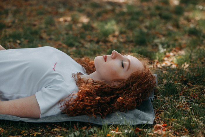 一日の中で数回やってみましょう。呼吸が整うと不思議と心も落ち着いていきます。仰向けに寝転がった方が感覚をつかみやすい方もいますので、楽なほうでためしてみてくださいね。