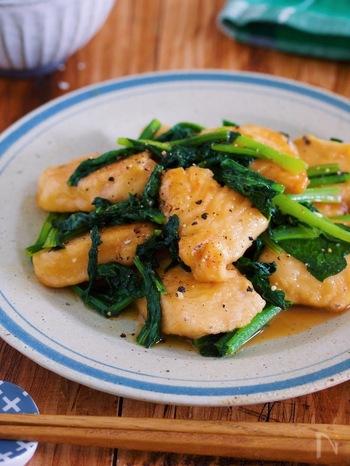 小松菜は、ビタミンA・ビタミンC・ビタミンE・カルシウム・カリウム・鉄など、ビタミンやミネラルが豊富に含まれている食材です。小松菜に含まれているカルシウムや鉄分は、たんぱく質と一緒に食べるとより効果的だといわれています。たんぱく質豊富な鶏胸にくと、小松菜でおいしく爪を育てましょう!ガーリックバター風味で食欲をそそりますよ。