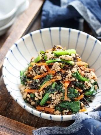 爪が白っぽい、反り返っている方は鉄分をしっかり摂るようにしましょう。鉄分が摂れる食材の、ひじきと小松菜が両方入った栄養満点の甘辛そぼろ。旨味がたっぷりで、美味しく爪にとって嬉しい栄養が摂れる一品。作り置きしておくのもおすすめですよ。