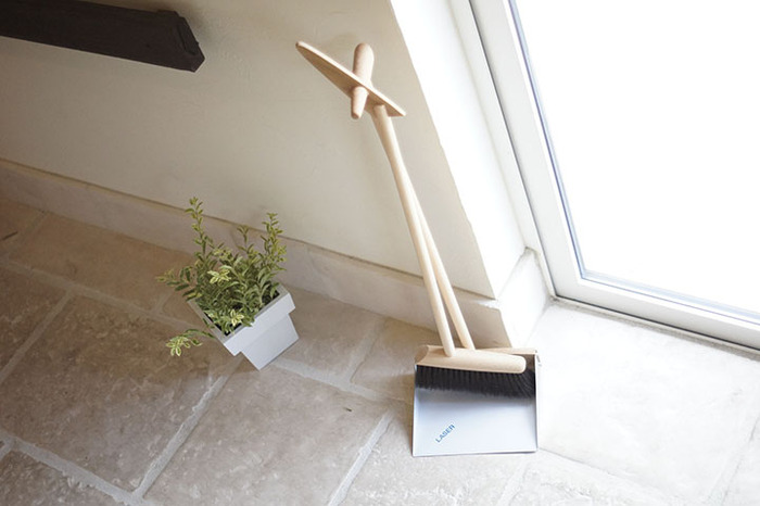 持ち手が長いほうきとちり取りなら腰をかがめずに掃除できるので、ゴミが多い時も苦になりません。こちらはほうきとちり取りが連結して自立するので収納場所に困らないのもポイント。手に取りやすいところに置いておけば、いつでもササっと掃除できますね。