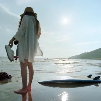 2020・大人の海コーデ40選|日焼け対策や泳がない人のスタイルも♪