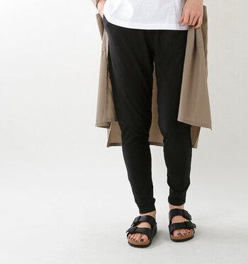 裾かけて細くなるテーパードシルエットで脚をキレイに見せてくれるパンツです。素材には、さらりとした薄手のコットン天竺を使用。肌に触れるとひんやりと感じる、夏にもぴったりな高機能素材です。