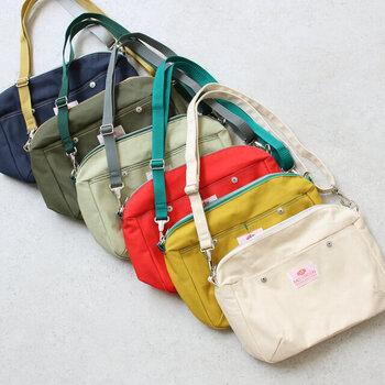 旅先では両手が空いてナナメ掛けできるショルダーバッグがおすすめ。「BAGnNOUN (バッグンナウン)」のポシェットは、綿100%の帆布のナチュラルな素材感とカラフルなカラーバリエーションが魅力。