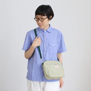 ナイロン製のバッグよりもキチンと感が出る気がしますね。マチをしっかりとった横長の長方形で、貴重品など身の回りの小物をコンパクトにまとめてくれます。