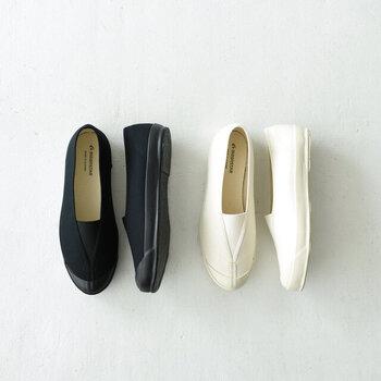 どこか懐かしい雰囲気ただようバレエシューズ。小学校の上履きを思わせるデザインなのに、不思議とどこかスタイリッシュな空気感。