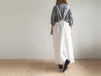 サロペットなど上半身にデザイン性のあるアイテムは自然と目線も上に。デザイン性があるところへ視線が行くので、足は目立たなくなります。写真のようにギャザーたっぷりのスカートだったら、サスペンダーがなくても足のカバーになってくれますね。いろいろなふわふわのスカートをロードローブに取り入れてみませんか。