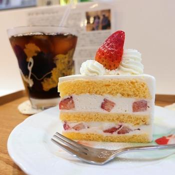 ケーキ生地も米粉で作られているんですよ。こちらのお店では、宮城県産の米粉や平飼いの卵、てんさい糖など体に負担の少ない素材を使っているのが特徴。しっとりふわふわのスポンジは、やさしい甘さ。ホールケーキの予約もできるので、お誕生日祝いにいかがですか?