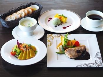 ランチ限定のコース料理はカジュアルでリーズナブルなのが魅力です。ディナーほどかっちりし過ぎない、気軽なランチデートを楽しめますよ。
