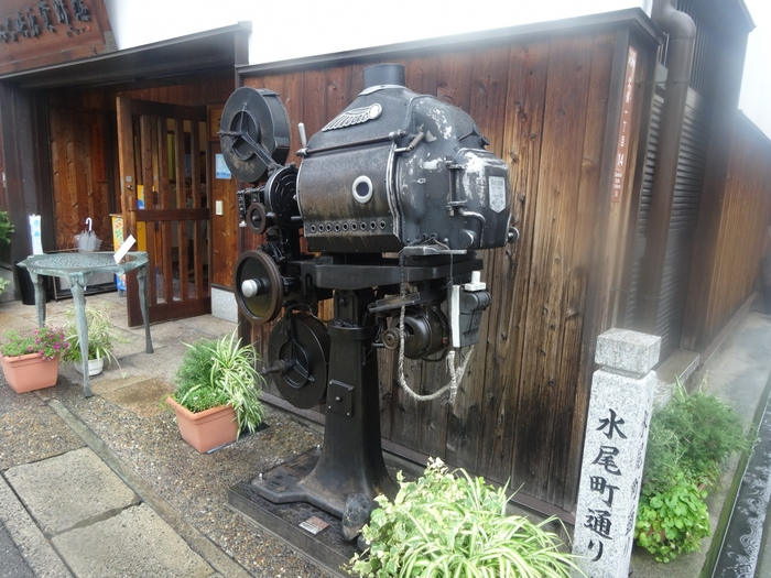 「おのみち映画資料館」で、尾道ゆかりの映画作品を通して「映画づくり」に触れてみませんか?入口にあるのは映写機。資料館のシンボルなんですよ。