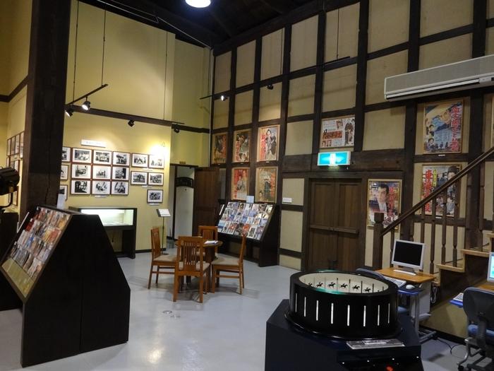 土蔵を改築した館内は、高い天井が印象的。懐かしい映画ポスターやパネルが展示されていて、見ごたえがあります。屋内施設なので、雨の日の観光にもおすすめです。