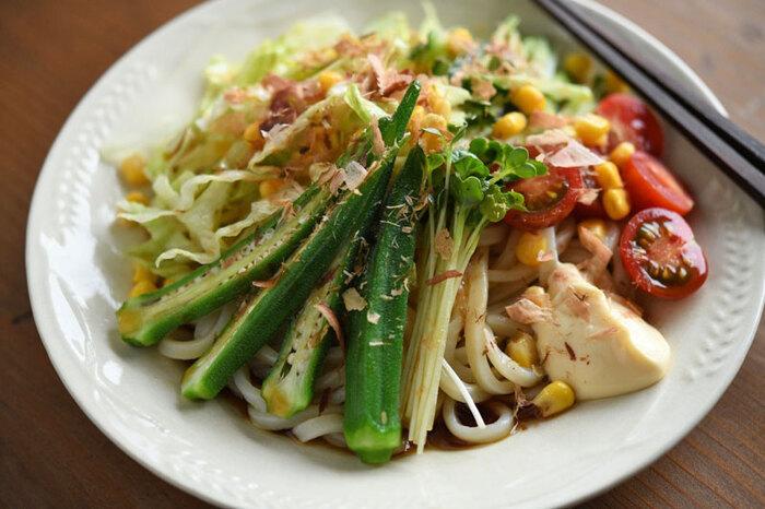 茹で上がった麺は冷水でシャキッと冷ましてから盛りつけます。野菜は麺が隠れるくらいたっぷりのせると美味しそう!夏の定番にしたいサラダうどん。ぶっかけつゆの作り方も含めて、覚えおきませんか。