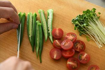 夏は彩り豊かな旬の野菜が豊富。ただ、瑞々しい野菜も切った断面から水分が抜けて、風味が変わっていきます。うどんを茹でる直前に手早くカットしましょう。レタスやキャベツなど葉物は、ちぎるのではなく、ざっくり千切りにすると麺と絡めて食べやすくなります。