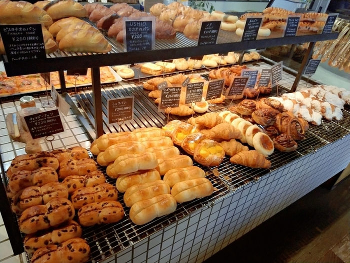 「Butti Bakery(ブッチ ベーカリー)」には、天然酵母のルヴァン種を使った焼きたてパンが並びます。