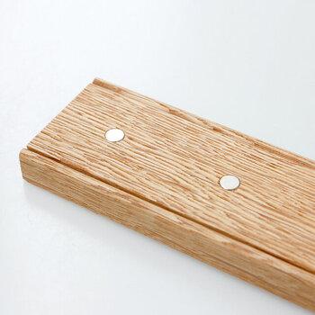 何の変哲もない木のバーですが、キッチンツールをスマートに収納できる優れものなんです。マグネットが5箇所に付いていて、刃などの金属部分を合わせるだけで簡単に留めることができます。