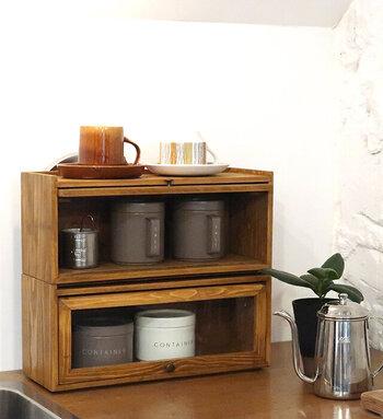 こちらはスタッキングできるタイプ。重ねてもがたつかない構造になっているので安心です。キッチンカウンターに置いて、コーヒーやお茶セットを収納しておくとカフェのような雰囲気に。