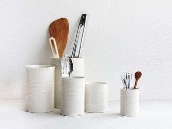 白の陶器製でナチュラルな質感のセラミックカン。豊富なサイズ展開なので、長さのあるキッチンツールから小振りなカトラリーまで、さまざまなアイテムに対応します。