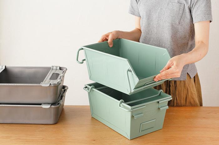 工具入れとして、業務用につくられたトラスコの収納ボックス。見た目無骨だけど、スタッキングもできて頼れる機能性。レトロっぽいグリーンが優しい印象の「バケット」は、箱型で積み重ねられる「Aタイプ」と、スタッキングした時に側面から出し入れが可能な「Bタイプ」の2種類。