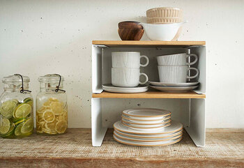 重ねて使うこともできるから、スペースを取りません。食器棚の中の収納に使ってもいいですし、キッチンにそのまま置いて、頻繁に使う食器置き場として使うのもいいですね。