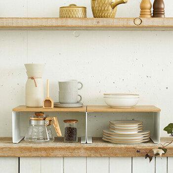 ホワイトスチールとナチュラルな木の組み合わせにほっこりする、おしゃれなキッチンラック。食器類の収納や、小振りなスパイス類の収納にぴったりです。