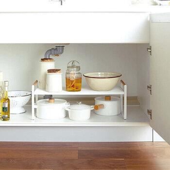 ゴチャつきがちなキッチンのシンク下の収納も、おしゃれにまとまる機能的なラック。ホワイト×ウッドのコントラストがナチュラルでかわいい雰囲気。