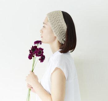 ミディアムヘアなど、結べるほど髪の長さがないという方は、ターバンやヘアバンドを使って、おでこを出したオールバックを楽しんでみてはいかがでしょう。  前髪がふわっとならず、なかなかスタイルが決まらない時、ヘアアイロンもいいですが、このようなお手軽アレンジもできますよ。  こちらは、綿シルク素材で編まれたターバン。このナチュラルな編み目の模様が美しく、目を奪われますね。