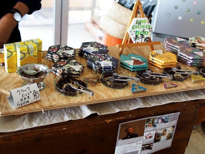 向島の山の中にある「USHIO CHOCOLATL (ウシオチョコラトル)」。原料となるカカオ豆の焙煎から手がけるこだわりのチョコレートを求めて、はるばる訪れる方も多い人気店です。海を望む開放的な店内には、個性的豊かなチョコレートが並んでいますよ。