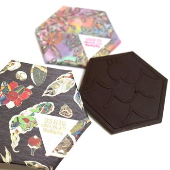ウシオチョコラトルのチョコレートは、カカオ豆と砂糖だけで作られています。余分なものが入っていないので、その味は濃厚。たくさん食べるというよりは、少しずつ楽しむチョコレートです。ガーナやハイチ、ベトナムやトリニダード・トバゴなど、産地によって異なるカカオの風味が感じられますよ。