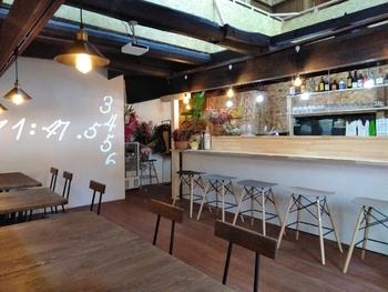 """2020年にオープンした「Tutuyu onomichi cafe(ツツユ オノミチ カフェ)」は、雰囲気・お料理ともにインスタ映え抜群と人気のカフェ。店名は、お店がある新開地区の子供たちが通った""""筒湯小学校""""にちなんでいるんだとか。"""