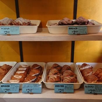 クロワッサン専門店「CASTLE ROCK(キャッスルロック)」は、1~2人入ればいっぱいのこじんまりとしたお店です。店内にはバターの香りが広がっていて、食欲がそそられます。  ケースには、ヘーゼルナッツ入りの「恋するショコラ」や、アールグレイたっぷりのアーモンドクリームをのせた「マイ・フェア・レディ」など、個性的なフレーバーやネーミングのクロワッサンが並んでいて、選ぶのも楽しみ。