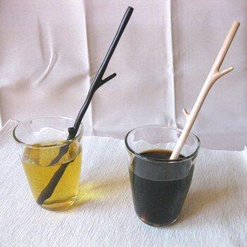 おしゃれでエコな小枝の木製ストローは、マドラーとしても使える便利なアイテム。自然の風合いあふれる癒しの1杯になりそうですね。北欧雑貨好きの方にもおすすめ。