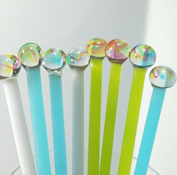 ころんと丸い球体がワンポイントのガラスのマドラー。クリスタルガラス・ソーダガラスを溶かして仕上げた手作りです。爽やかなレインボーカラーが夏にぴったりですね。