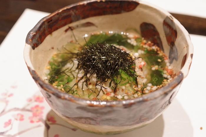 コースの〆「潮めし」。瀬戸内で獲れた魚と昆布の出汁をが効いていて味わい深いひと品。地元の食材を四季を感じながらいただけると評判のお店です。
