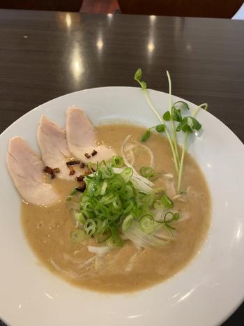 全粒粉を練り込んだ麺や、低温真空調理した鶏などこだわりが詰まったメニューの数々。こちらの「にごり鶏そば」は、鶏と玉ねぎを10時間以上煮込んだ濃厚スープが特徴。まるでフレンチのようなおしゃれな見た目は女性にも人気です。ネギやカイワレなどたっぷりの野菜と一緒に味わってくださいね。