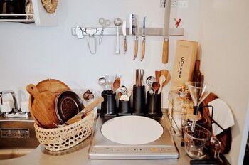 鉄やステンレス製品の多いキッチンでは、マグネットを使った収納を取り入れてみるのもおすすめです。 包丁類やハサミ、ピーラーなども、お子さんの手の届かない高いところに収納することができます。