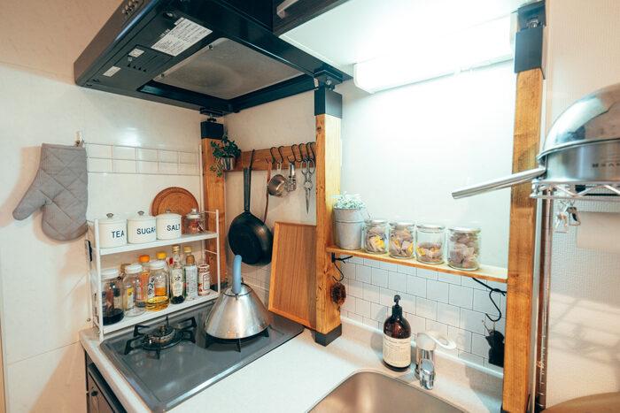 DIY初心者でも挑戦しやすいと人気のディアウォールは、キッチン収納としても有能です!柱を立てて、そこへ板を渡すので、キッチン台上の作業スペースはほぼそのままで、収納力を増やせます。奥行がないので圧迫感も控えめ。