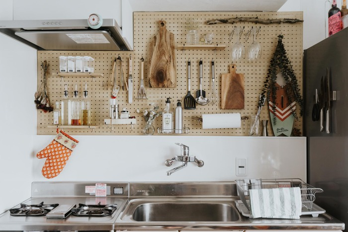 DIYが得意な方は、有孔ボードを全面に取り付けた、こちらの収納アイデアはいかがでしょうか? 有孔ボードを設置したあとは、棚もフックも好きな場所にカスタマイズできる、自由度の高い収納スペースといえます。 どこに何があるかがわかりやすく、取り出しやすいのも、使いやすいキッチンの条件のひとつです。