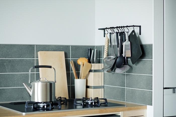 細めのタオルハンガーを壁につけて、S字フックをひっかけるだけのお手軽な収納アイデアです!  かさばるキッチンツールを、コンロ横にまとめて引っ掛けておくと、家事動線も整って使い勝手がよくなります。 見せる収納が苦手な方は、タオルハンガーやS字フック、キッチンツールの色味や素材を統一するのがベター。スッキリとした見た目を演出できます。